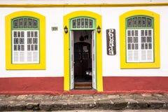 Fasada kolonialny historyczny budynek w centrum Iguape obraz stock
