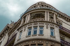 Fasada na klasycznym budynku z ornamentami i sculptures-2 Zdjęcie Royalty Free