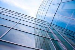 Fasada nowożytny szklany błękitny biuro i chmury Zdjęcie Stock
