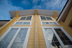 Fasada nowożytny drewniany dom Obrazy Royalty Free