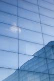 Fasada nowożytny szklany budynek z odbiciami niebieskie niebo i obraz stock