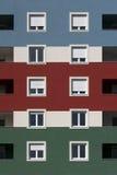 Błękita, czerwieni i zieleni fasada z białymi okno, Fotografia Royalty Free