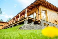 Fasada piękny drewniany dom z zieleń ogródem Obraz Royalty Free