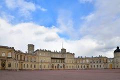 Fasada pod chmurami Uroczysty pałac w Gatchina Obraz Royalty Free