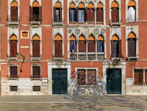 Fasada stary budynek z żaluzjami i ozdobnymi okno w Ve Zdjęcia Royalty Free