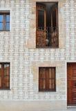 Fasada stary budynek z dekoracyjnymi wzorami i drewnianymi drzwiami zdjęcia royalty free
