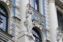 Fasada stary budynek z rzeźbami - kobieta w sztuki Nouveau stylu Jugendstil Zdjęcia Stock