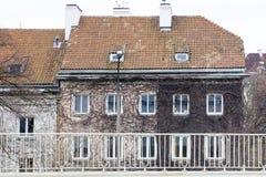 Fasada stary dom okrywający w suchym bluszczu z latarnią uliczną obraz royalty free