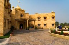 Fasada tradycyjny Indiański hotel z 2 podłogami fotografia royalty free