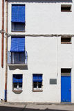 Fasada z drzwi i żaluzjami obrazy stock
