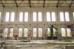 Fasada z graffiti stara fabryka zdjęcie royalty free