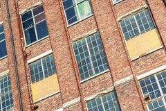 Fasada zaniechany budynek Obrazy Stock