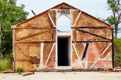 Fasada zniszczony budynek bez okno i drzwi na tle niebieskie niebo obraz stock