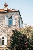 Fasada zwyczajny stary budynek z okno w Montenegro fotografia royalty free