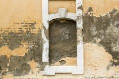 Fasadarkitekturbeståndsdel av gammal övergiven ruinebyggnad royaltyfri bild