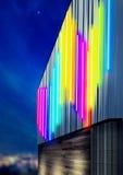 Fasadbyggnad genom att använda färgrik ledd belysning Royaltyfria Foton