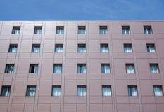 Fasadbyggnad med fönster Fotografering för Bildbyråer