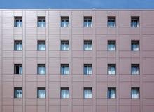 Fasadbyggnad med fönster Royaltyfria Bilder