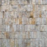 Fasadcladding- eller väggavslutning av den bleka ockrastenen, byggnad Royaltyfri Bild