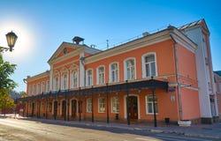 Fasaddramateater och gatan framme av teatern Royaltyfria Bilder