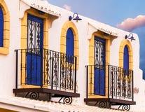 Fasade con dos balcones con la reja decorativa Foto de archivo libre de regalías