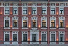 Fasade con las ventanas del edificio de varios pisos viejo Foto de archivo libre de regalías