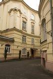 Fasade del edificio residencial con las ventanas viejas Fotografía de archivo libre de regalías