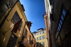 Fasade stary budynek na ulicie Tallin miasto w słonecznym dniu Zdjęcie Royalty Free