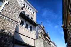 Fasade stary budynek na ulicie Tallin miasto w słonecznym dniu Zdjęcia Royalty Free
