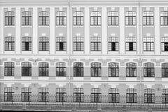 Fasaden av byggnaden med identiska fönster i svartvitt Arkivbilder
