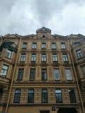 fasaden av byggnaden med modeller och basreliefer royaltyfri fotografi