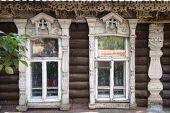Fasaden av de gamla trähusen med sned arkitrav Royaltyfria Foton