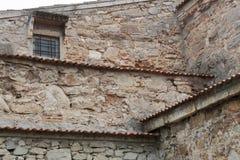 Fasaden av den gamla stenbyggnaden Royaltyfri Bild