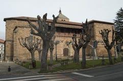 Fasaden av den kyrkliga Santa Maria La Mayor Of The XV århundradekonstruktionen i Silleria cementerade i Romanica Ezcaray Arkitek arkivfoto