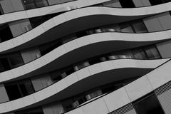 Fasaden av den moderna byggnadsvisningen buktade balkonger i svartvitt royaltyfria bilder