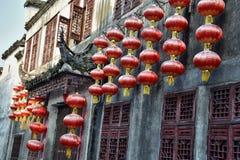 Fasaden av det gamla huset dekorerade med röda lyktor i Xidi, en liten forntida by i det Anhui landskapet i Kina Arkivbild