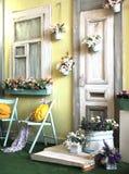 Fasaden av det gamla huset i ljusa färger dekorerade med blommatappning Arkivbild