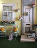 Fasaden av det gamla huset i ljusa färger dekorerade med blommatappning Arkivfoto