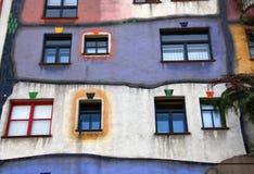 Fasaden av det Hundertwasser huset i Wien royaltyfria foton