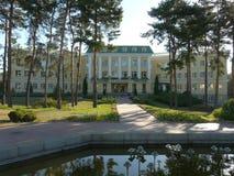 Fasaden av det Sofiwski hotellet med en springbrunn utanför för den centrala fyrkanten Uman Ukraina arkivbilder