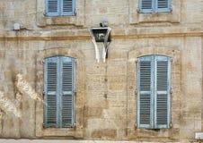 Fasaden av en gammal hyreshus i den historiska mitten av Avignon Royaltyfria Bilder