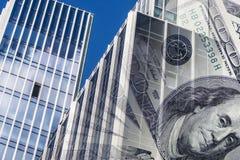 Fasaden av en högväxt byggnad i bakgrunden av bankräkningarna Royaltyfria Bilder
