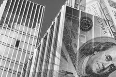 Fasaden av en högväxt byggnad i bakgrunden av bankräkningarna Arkivbilder