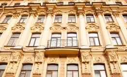 Fasaden av en historisk byggnad i mitten av St Petersburg, Ryssland arkivbilder