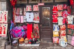 Fasaden av en kinesisk traditionell klänning shoppar i en gammal stad Arkivfoton