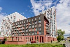 Fasaden av en modern höghusmång--våning hyreshus i Moskva med balkonger royaltyfria foton