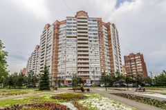 Fasaden av en modern höghusmång--våning hyreshus i Moskva med balkonger arkivbilder