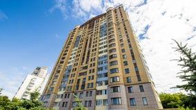 Fasaden av en modern höghusmång--våning hyreshus i Moskva med balkonger arkivbild