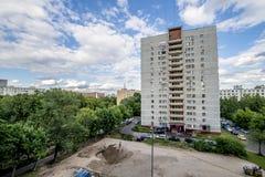 Fasaden av en modern höghusmång--våning hyreshus i Moskva med balkonger royaltyfri fotografi