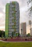 Fasaden av en modern höghusmång--våning hyreshus i Moskva med balkonger royaltyfri bild